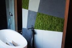 zielona sciana z mchu poduszkowego w lazience